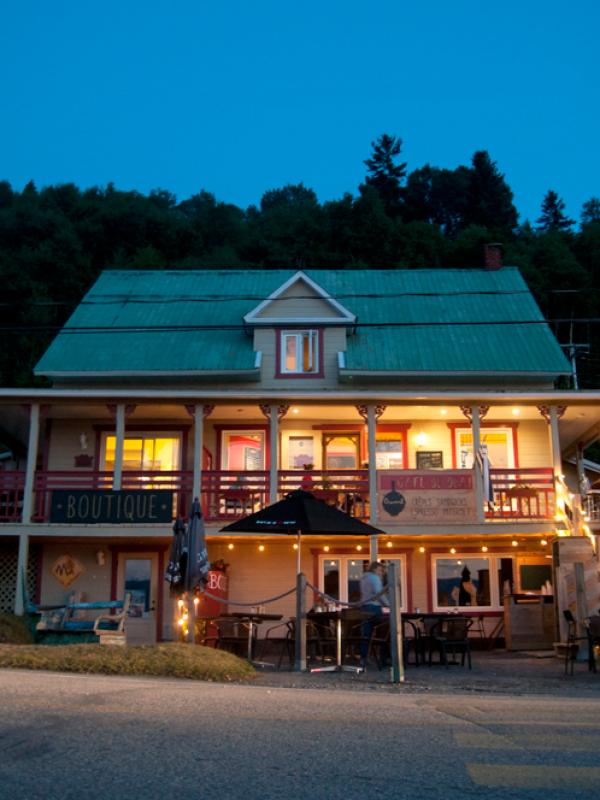 restaurant le Café du Quai de nuit, resto, terrasse, Fjord du Saguenay