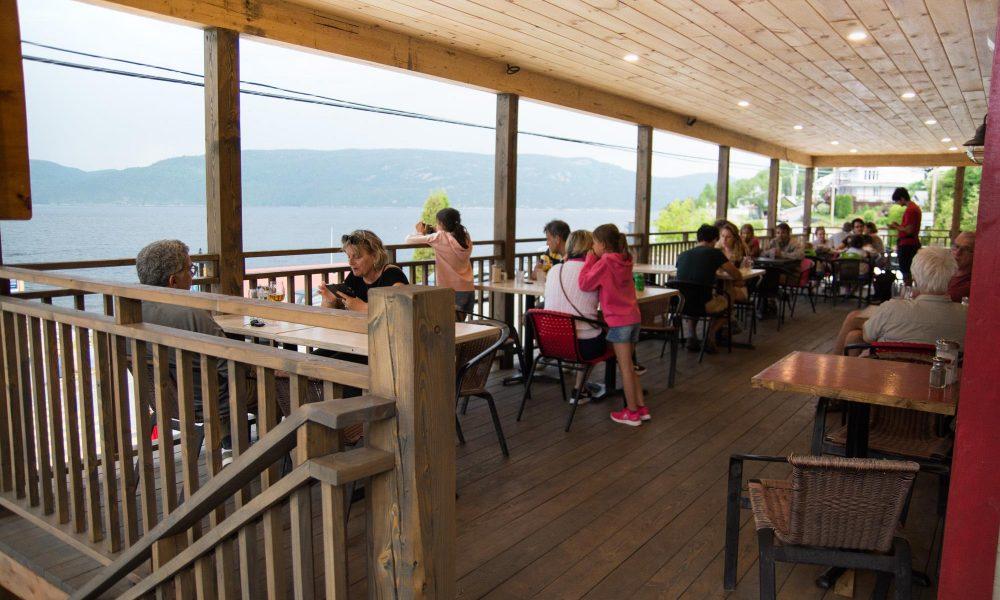 Bienvenue au Café du Quai, restaurant crêperie bretonne campé sur le bord du Fjord du Parc Marin